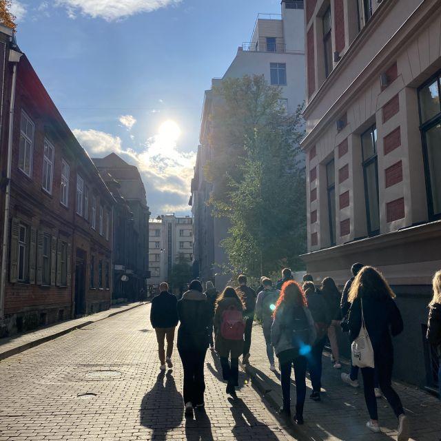 Foto gegen die Sonne mit Freunden in Riga