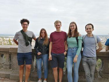 Fünf junge Menschen