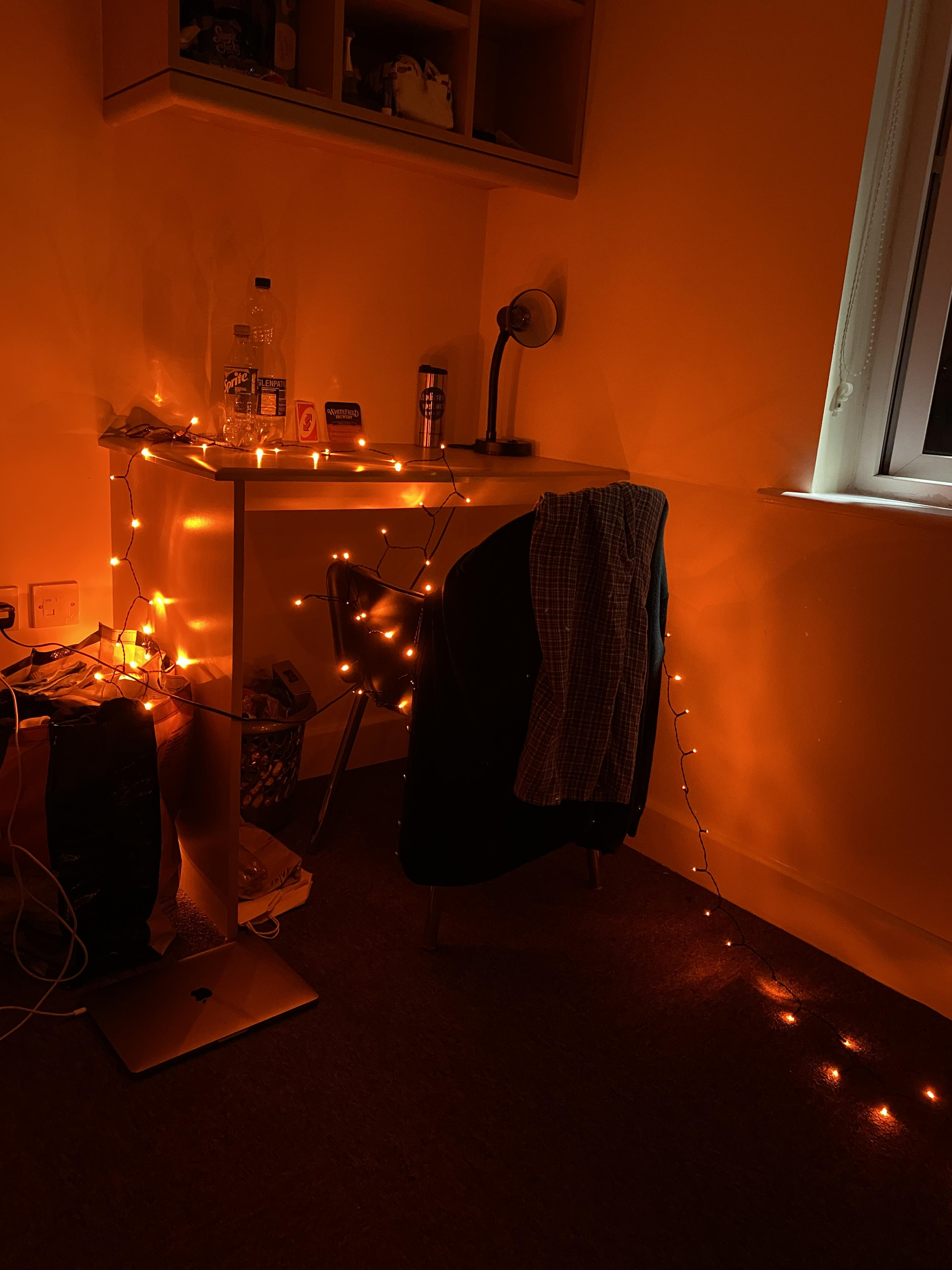 Wenn ich dann doch mal daheim was für die Uni machen muss, dann geht das natürlich nur mit entsprechender Beleuchtung.
