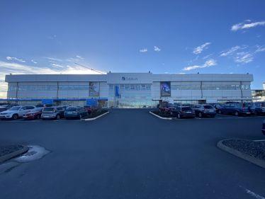 Weißes Firmengebäude der Firma Össur