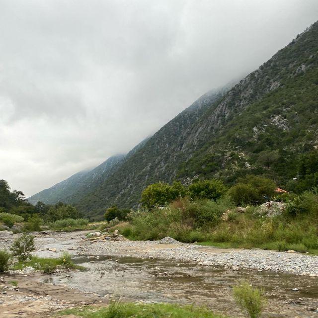 Bewölkter Himmel, grüne Berglandschaft