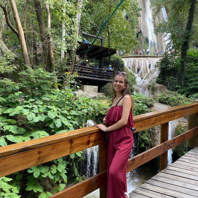Franziska im Vordergrund, Wasserfall im Hintergrund