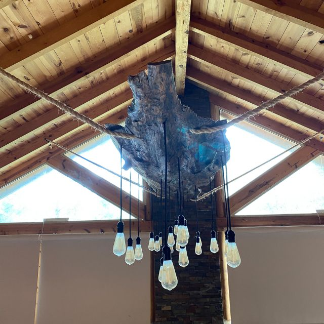 Holzdecke der Hütte und Lampengehänge