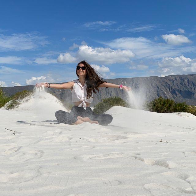 Franziska in den Dünen, im Hintergrund Gebirge