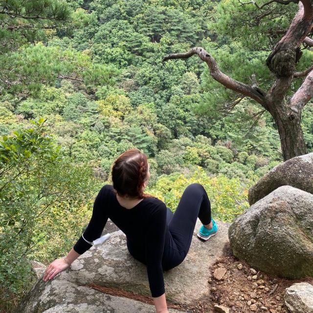Nina bei einer Wanderung auf dem Gamaksan Mountain