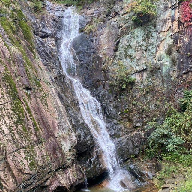 Ein Wasserfall im Gamaksanvalley