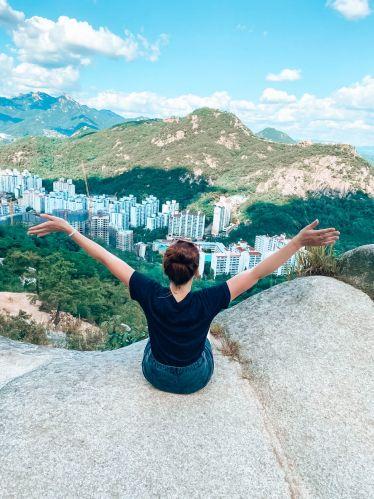 Nina auf dem Ansan Mountin in Seoul