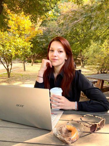 Nina auf dem Cmapus der Universität in Seoul am lernen im freien