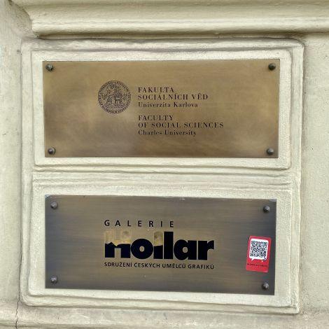 Schild der gesellschaftswissenschaftlichen Fakultät Prag