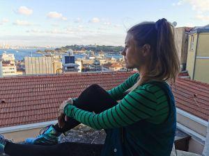 Sophie genießt die Aussicht über den Bosporus.