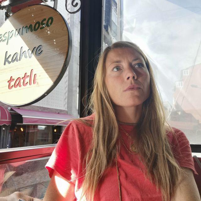 """Sophie sitzt im """"Espumoso"""" Café, um zu arbeiten."""