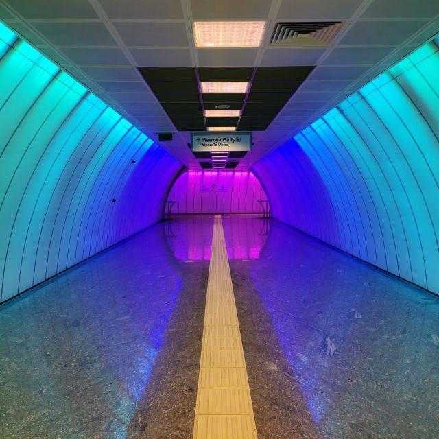 Bunte Lichter in der Metrostation leuchten mir den Heimweg.
