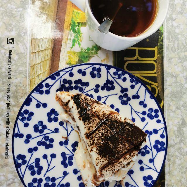 Auf einem Tisch des Roka Cafés sind Kuchen und Tee zu sehen. Für leckere Süßspeisen ist die Türkei auch bekannt.