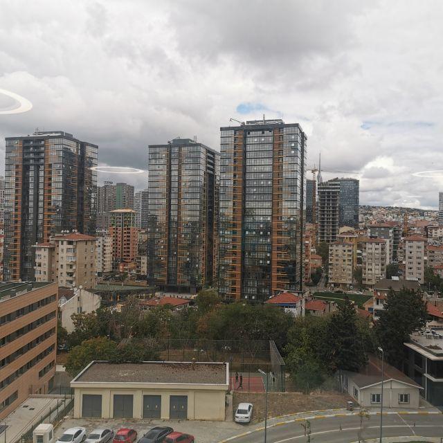 Grauer Himmel und Hochhäuser: Das ist die Aussicht aus einem der Unigebäude.