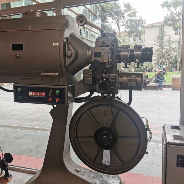 An der Fakultät für Film stehen im Erdgeschoss einige alte Kameras herum. Hier fühle ich mich an mein erstes Studium der Theater-, Film- und Medienwissenschaften erinnert.