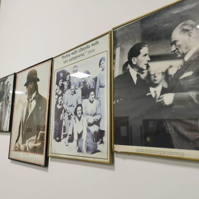Neben Kameras gibt es an der Filmfakultät auch Bilder von alten Filmschaffenden in Schwarzweiß zu sehen.