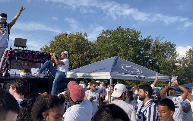 DJ auf Autodach.