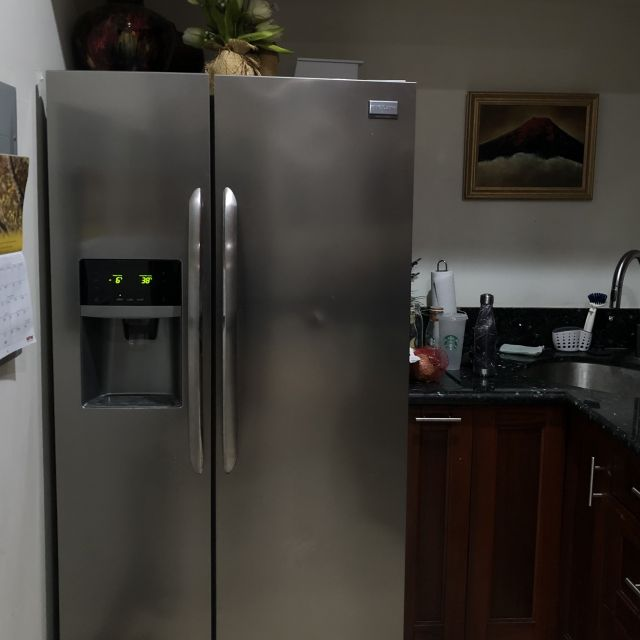Der Kühlschrank der bei Victoria im Airbnb steht.