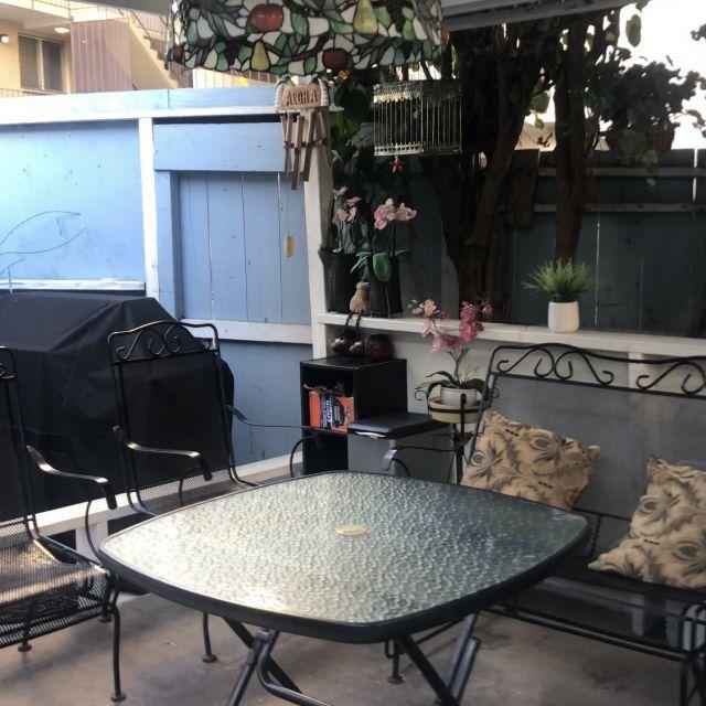 Der Grill, die Schaukel und Tisch und Stühle von dem Airbnb.