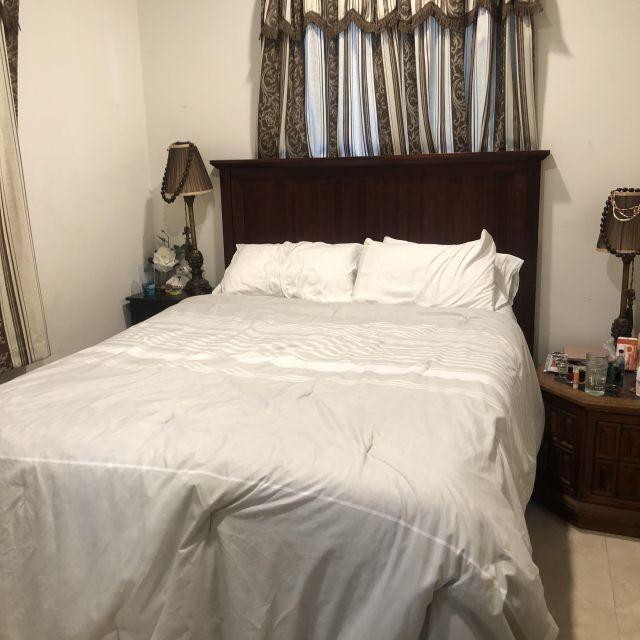 Ein Schlafzimmer in dem Airbnb von Victoria auf Hawaii.