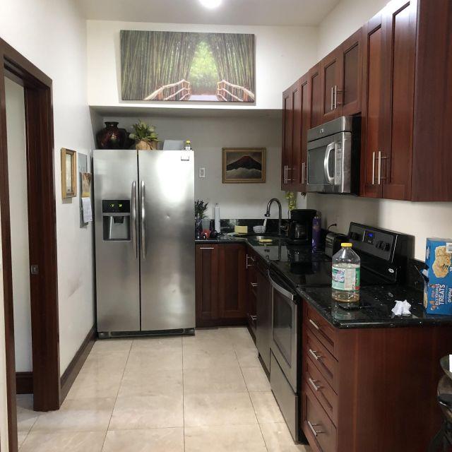 Auf dem Bild sieht man die Küche von Victorias Airbnb