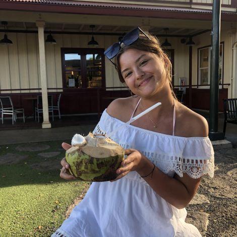 Victoria mit Kokosnuss in der hand